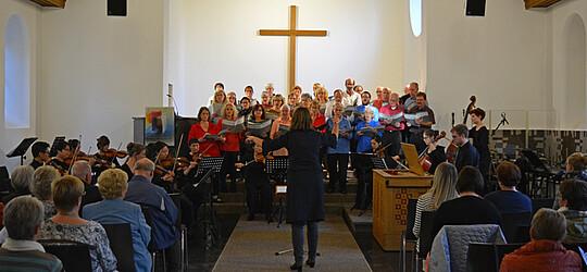 """Wie hier am vergangenen Samstag in Obertshausen, führte der Dekanatsprojektchor 2018 unter der Leitung von Dorothea Baumann und Christian Müller auch am Sonntag in Seligenstadt Vivaldis """"Gloria"""" und das """"Dona nobis pacem"""" vom Peteris Vasks auf."""